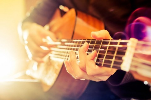 acoustic-guitar-picture-id499344368