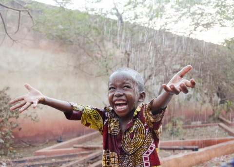 sweet-little-african-boy-under-the-rain-in-mali-picture-id917569860