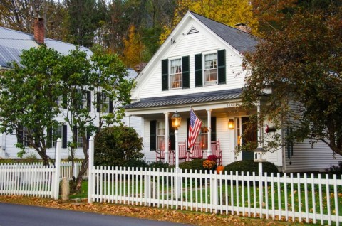 house-with-white-picket-fence-picture-id147749872