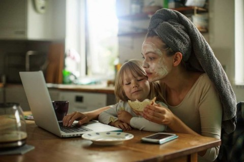 mother-and-daughter-having-breakfast-picture-id486901382
