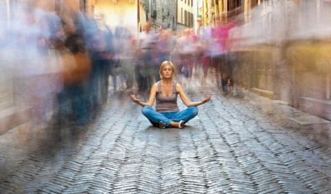 woman-relaxing-in-a-crowded-street-picture-id143920635