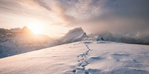 snowy-mountain-ridge-with-footprint-in-blizzard-picture-id1010514668
