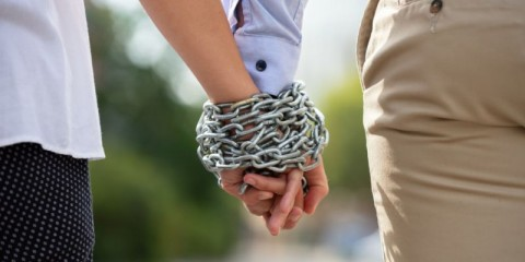 couples-hand-tied-with-metal-chain-picture-id1176189249